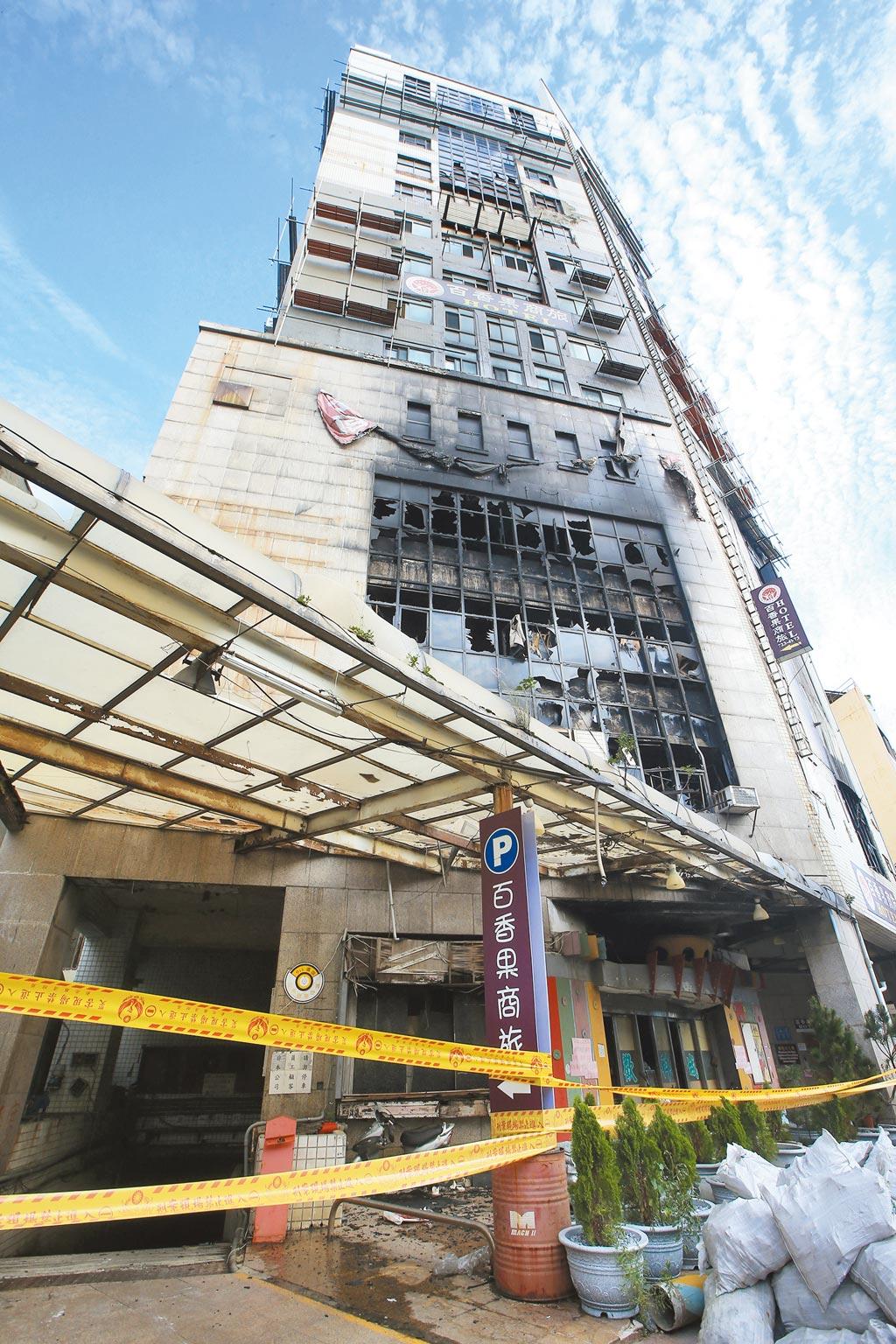 彰化市火車站前喬友大樓6月30日晚間失火延燒10小時,住在7至9樓防疫旅館的29位居家及自主檢疫民眾受困,造成3人喪生及1名消防員殉職。(黃國峰攝)
