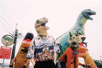 「恐龍的皮」上街引側目曝曬噴汗發臭喊:超爽
