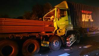 國道3龍井段大貨車連環撞 鋼樑插進車頭駕駛驚險躲過