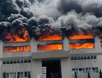 台南華崧包裝工廠陷火海持續延燒 2員工嗆傷送醫