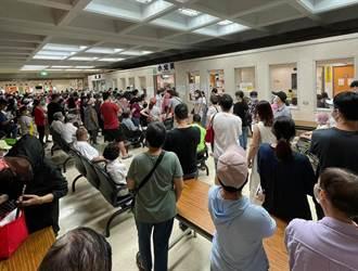 搶打莫德納!宜蘭爆醫院百人群聚 民眾怒:預約還要等2小時