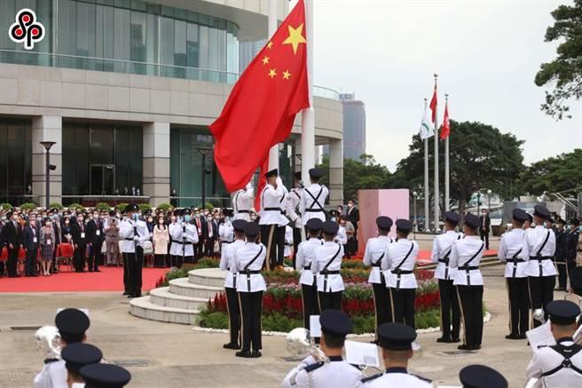 中駐英使館駁斥英國不會丟棄對香港民眾的歷史責任說法。圖為7月1日上午8時,香港特區政府在金紫荊廣場舉行升旗儀式,慶祝香港回歸24周年。(中新社)