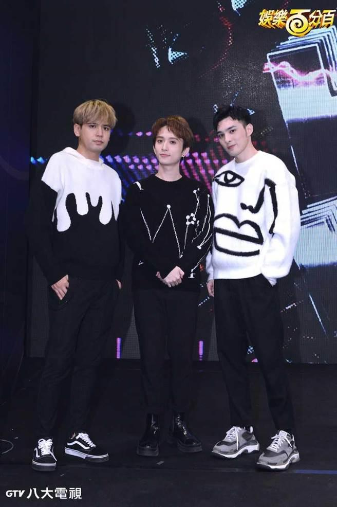 黃偉晉(右起)、邱鋒澤、陳零九一起主持八大《娛樂百分百》。(八大提供)