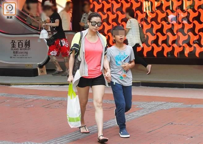 吳雪雯淡出娛樂圈後,曾被直擊現身街市,依舊保養得宜。(圖/翻攝自東網)