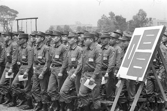 1969年,台北市郊某陸軍部隊的阿兵哥們在演唱軍歌。(姚琢奇攝)