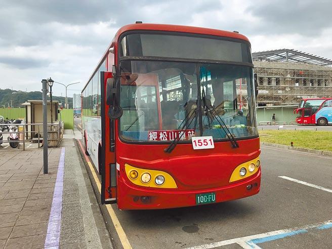 福和客運專營基隆到新店1551路線,受疫情影響宣布8月1日起停駛。(陳彩玲攝)