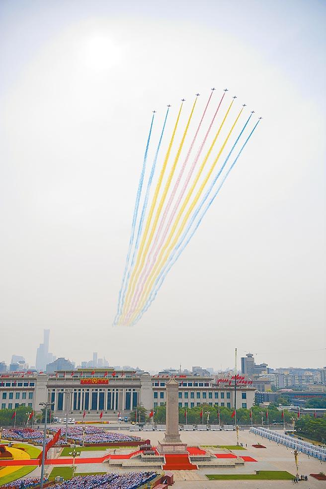 中共建黨百年大會1日在北京天安門廣場舉行,圖為空中分列式的演出,現場共有7萬多人觀禮。(新華社)