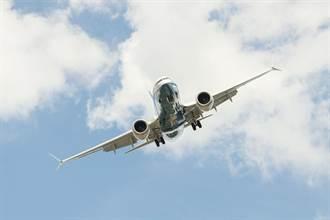 波音737貨機發動機失靈迫降海上 2機師傷勢嚴重