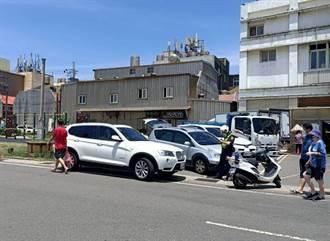 假日竹圍漁港再現人潮、違停亂象 桃園警籲「買完就走」