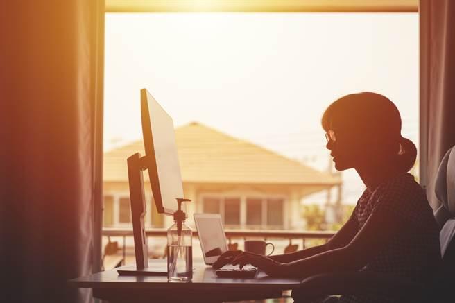 全國三級警戒期間,不少民眾在近收入大受影響,加上配合居家工作措施,用電量大增也快榨乾荷包。(示意圖/Shutterstock)