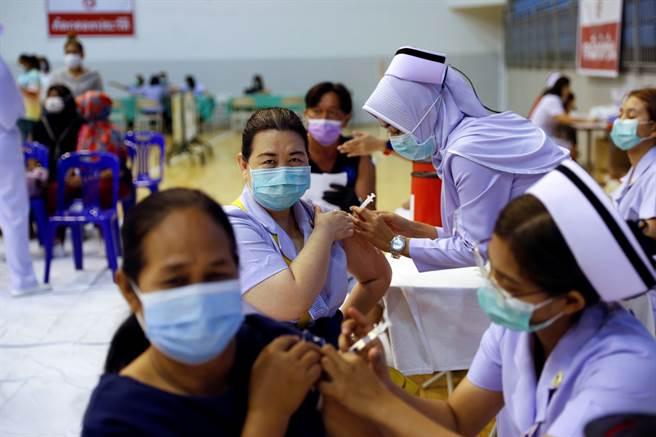 醫護或防疫一線人員等高危險群體,只要接種mRNA疫苗,即便自己感染,再傳染給家屬或其他患者的風險也會大幅降低。(圖/路透)