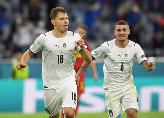 義大利中場巴雷拉(左)在第31分鐘率先攻破比利時大門。(路透)