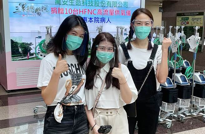 賈永婕大女兒安安(左1)最近幫媽媽處裡訂愛心餐事宜。(圖/翻攝自賈永婕的跑跳人生臉書)