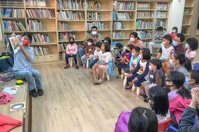 新竹縣文化局圖書館的爹地媽咪說故事因疫情暫停,暑假推線上說故事影音書,5日中午首播。(羅浚濱攝)