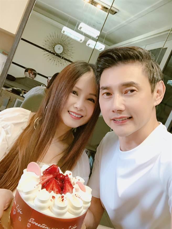 包偉銘(右)57歲生日,老婆劉依純送上給驚喜大餐。(翰森娛樂提供)