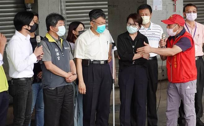 2日臨時記者會上,林昶佐(左)當眾砲轟柯文哲講廢話,卻反遭林勝東(右)洗臉。(圖/姚志平攝)