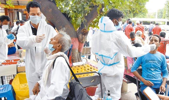 變種病毒肆虐,加上疫苗接種覆蓋率低,印度的新冠肺炎病歿人數跨越40萬大關。專家警告,該國真實死亡人數,恐怕達百萬之譜。(新華社)