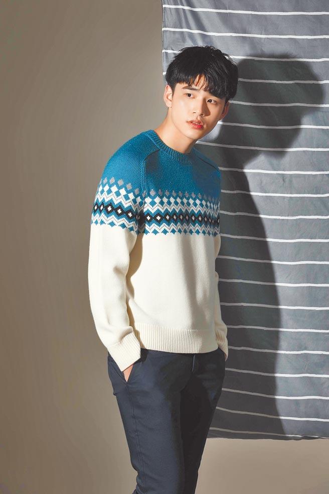 王品澔身穿印花水藍休閒上衣,展現時尚好氣質。他笑說這套是他的最愛。rag & bone淺藍美麗諾羊毛費爾島毛衣,1萬6500元;CK CALVIN KLEIN黑色腹部縫線長褲,8990元。(石智中攝)