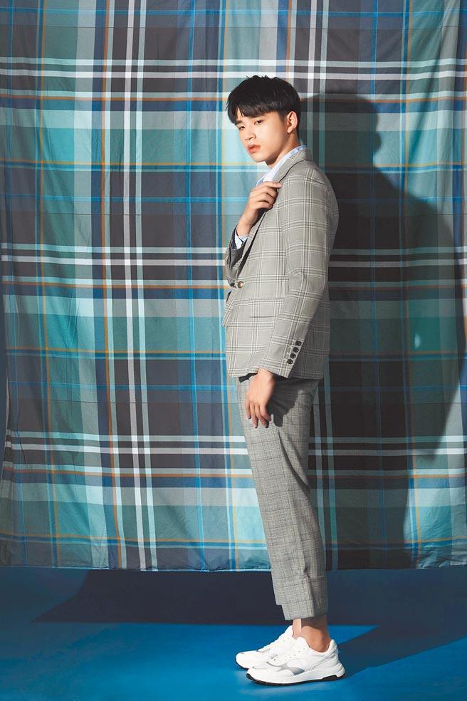 穿起格紋西裝,王品澔有另一種不同的帥度。Vivienne Westwood水藍色襯衫、格紋西裝外套、格紋長褲、Hogan Hyperlight白色拼接休閒鞋,價格店洽。(石智中攝)