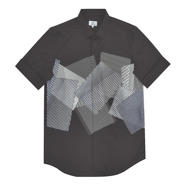 CK CALVIN KLEIN黑白異材質直條紋交疊圖形黑色袖口反摺短袖襯衫,9490元。(CK CALVIN KLEIN提供)