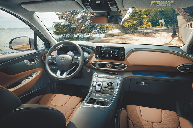 HYUNDAI The New SANTA FE採取T-shaped控台設計及高質感深棕雙色內裝。(南陽實業提供)