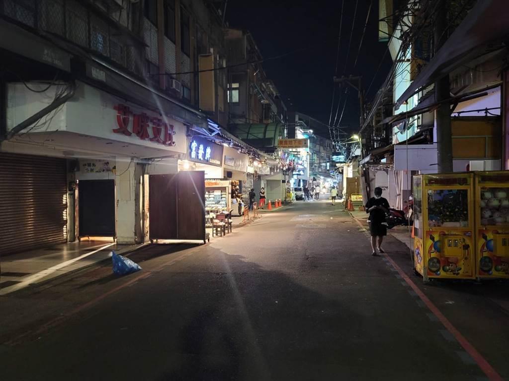 微解封首周末,士林夜市3日晚間8點,攤商約7成沒營業,街上人潮慘淡。(照片/游定剛 拍攝)