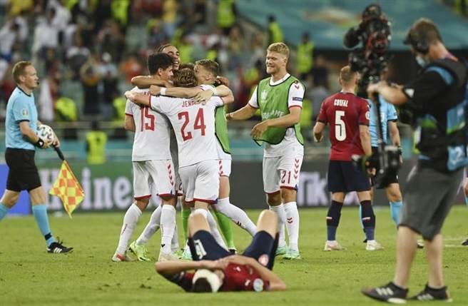 丹麥慶祝晉級歐國盃4強,將對上英格蘭。(美聯社)