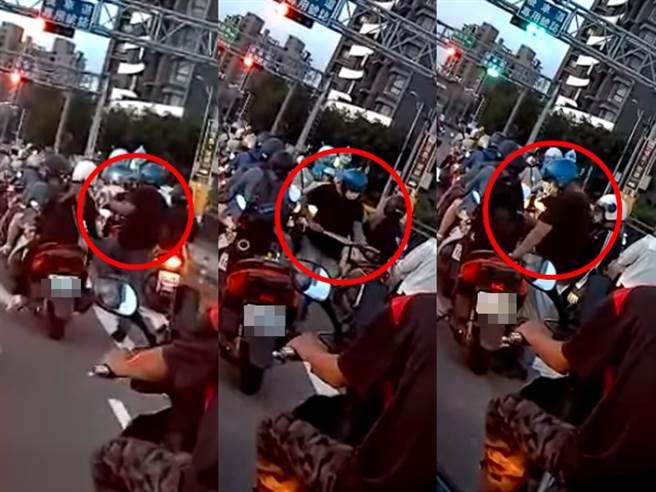 男子最後在一處等紅燈時,他竟不管身後的女子,直接將車停在路中間,下車後快步往前疑似要攻擊人,女子後來也追了上去,男子才回頭走回機車。(圖/翻攝自臉書粉絲專頁「交通會客室」)