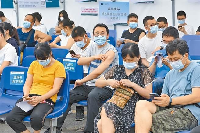 大陸31省份昨天新增確診輸入病例14例,廣東省已連續11天無新增本土病例。圖為廣東省第二人民醫院,市民接種疫苗後在留觀區等待。(中新社)
