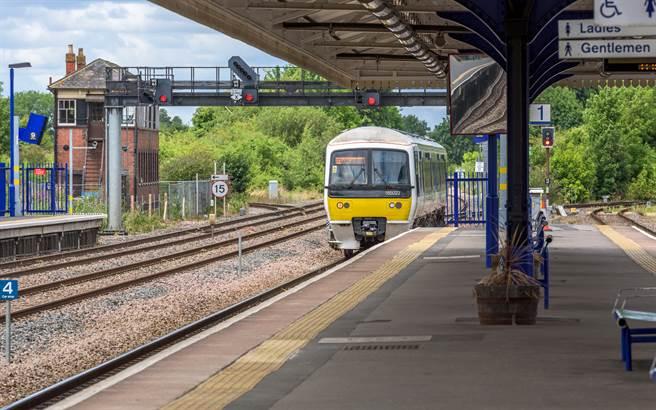 英國一名醉男日前和人在火車站起爭執,一氣之下竟跳下月台,危險行為全被一旁的民眾拍下。(示意圖/達志影像)