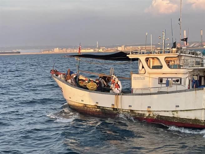 艦隊分署台中海巡隊查獲大陸漁船越界捕魚。(台中海巡隊提供/陳淑娥台中傳真)