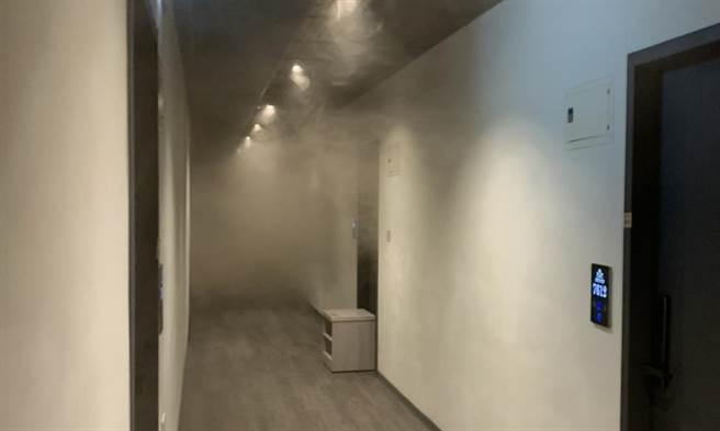 受困住戶拍下當時濃煙已經竄進旅館整個走廊,但不見工作人員協助疏散,僅要求他們躲回房間。(自救會提供/吳建輝彰化傳真)