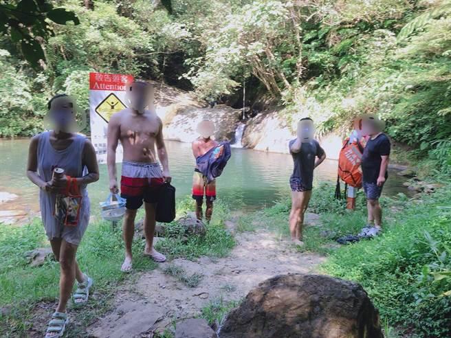 三級警戒延長至7月12日,5男2女共7人3日仍闖入新北市平溪灰窯瀑布戲水。(瑞芳警分局提供)