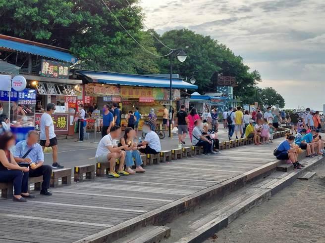 全國三級警戒延長至7月12日,但隨著疫情有趨緩趨勢,新北市八里渡船頭及左岸遊客數攀升,甚至有民眾直接拉下口罩品嘗美食。(八里區公所提供)