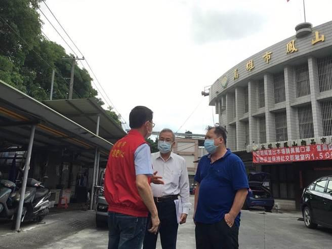 高雄市農業局長張清榮(中)前往鳳山肉品市場視察。(高雄市農業局提供/林雅惠傳真)