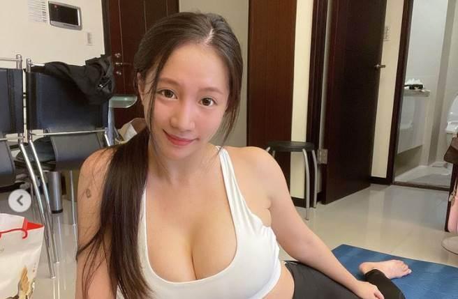 林采緹辣穿深U小背心,傲人美胸超吸睛。(圖/取材自林采緹Instagram)