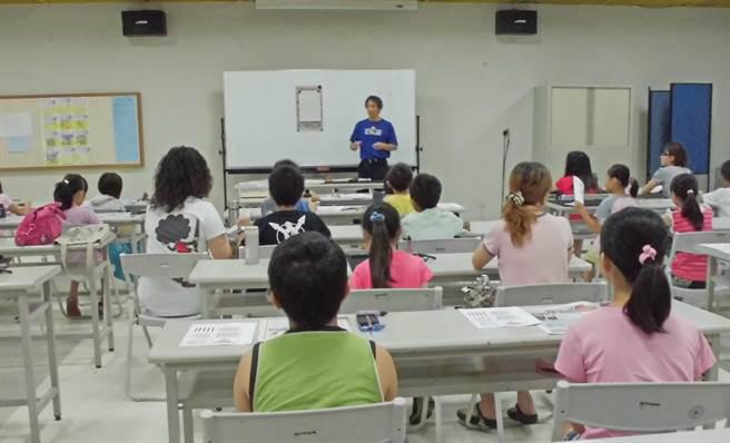 新竹縣文化局往年暑假舉辦的文藝夏令營活動,今年受疫情影響,將從實體課程改採線上研習。(新竹縣政府提供/羅浚濱新竹傳真)