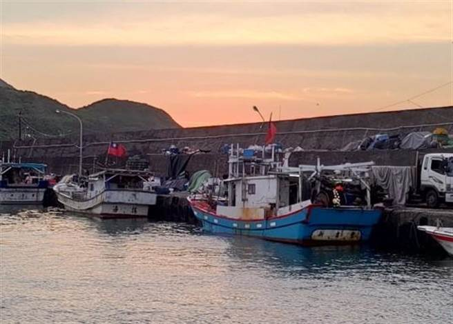 新北市馬崗漁港保留2艘北台灣僅存的捕飛魚船隊,漁民利用驅趕繩及跳入海中驅趕飛魚進入漁網,為傳統的漁作方法。(新北市漁業處提供)