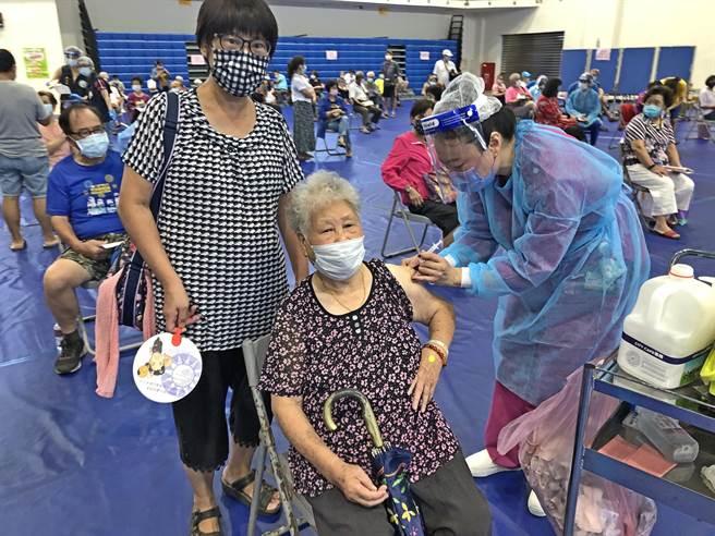 金門縣完成65歲以上長者「莫德納」疫苗第1劑施打作業,3天來共有5179人完成接種。(李金生攝)