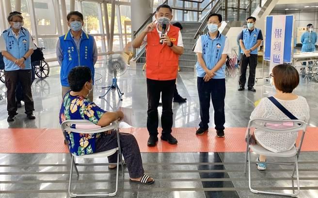 楊鎮浯縣長連3天視察接種站,關懷鄉親長者的健康。(金湖鎮公所提供)
