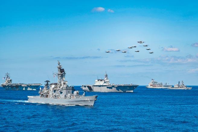 英國《金融時報》周四(1日)報導,為應對中國大陸與台灣一旦發生衝突,美國與日本一直舉行秘密聯合軍事演習。圖為去年十月間集結數十艘戰艦、數百架軍機、4萬6000名官兵,美國與日本聯手「銳劍」(Keen Sword)海陸空軍事演習為期11天,在日本本土、沖繩和周邊海域展開。(摘自美軍太平洋艦隊臉書)