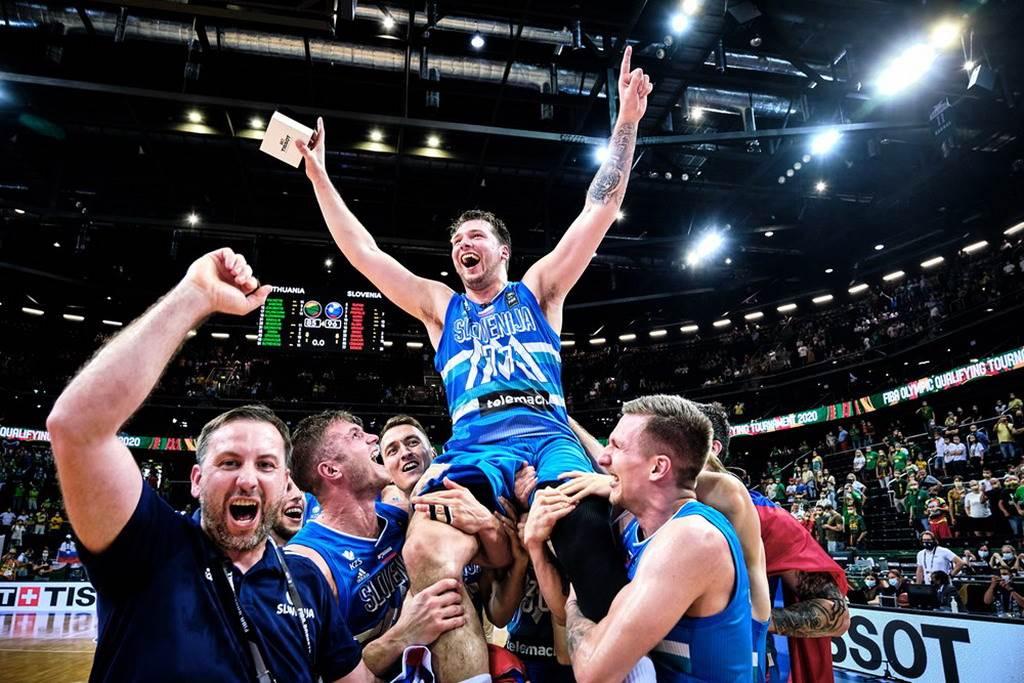 東契奇被斯洛維尼亞隊友高高舉起。(取自FIBA官網)