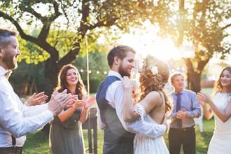 新人婚禮砸重金爽穿高級禮服 賓客吃不飽還要洗碗超傻眼