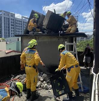 中市民宅拆除老舊水塔 工人閃避不及遭崩落水泥塊壓傷左腳