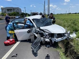 嘉義自小客失控連撞兩根電線桿 駕駛一度受困車內