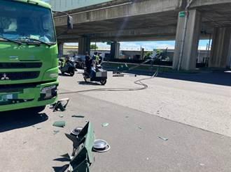 疑未收妥吊臂 大貨車撞倒交通號誌、監視器