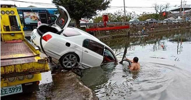 新北市淡水一處偏遠的烏鰡池,兩周內竟有賓士與賓利名車相繼墜入,遭戲稱「專吃名車」,卻意外擊破「收簿大王」集團。(圖/翻攝畫面)