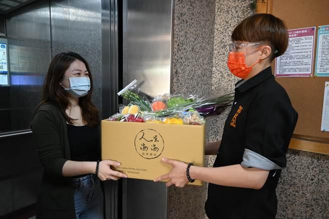 滿足居家自煮者需求,橘焱國際餐飲集團推出「人生海海蔬果專車」蔬菜箱,有專人宅配到府。(圖/橘焱國際)