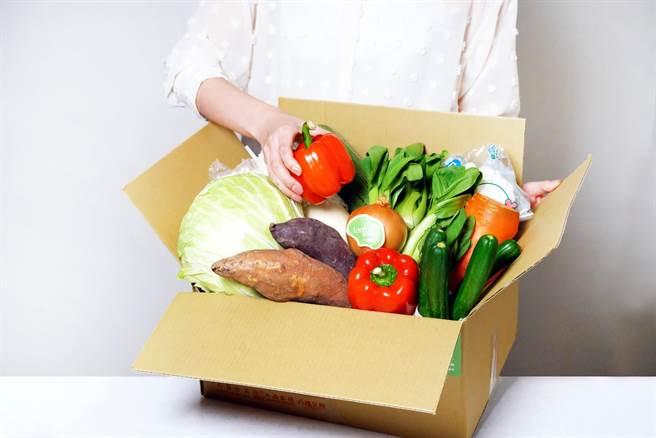 六福旅遊集團推出的雙北限定「六福首選蔬菜箱」,內含葉菜類4至5項、根莖類3至4項,以及菇菌類等三大類新鮮蔬菜。(圖/六福旅遊集團)