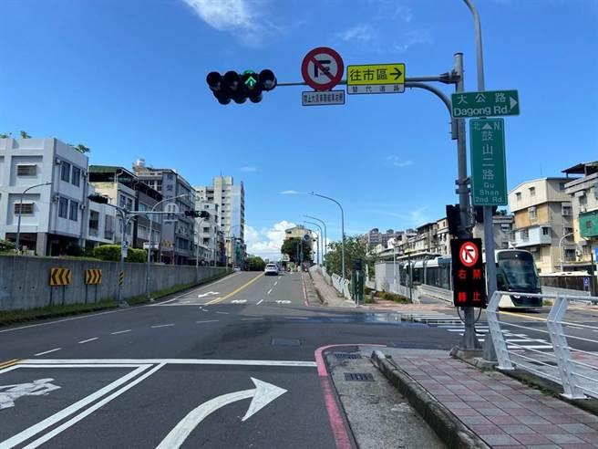 交通局在輕軌行經的鼓山路段路口新增「連動可變標誌」,提醒用路人轉彎時當心輕軌。(高市交通局提供/石秀華高雄傳真)